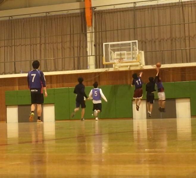 体育館でバスケットボールをしている写真