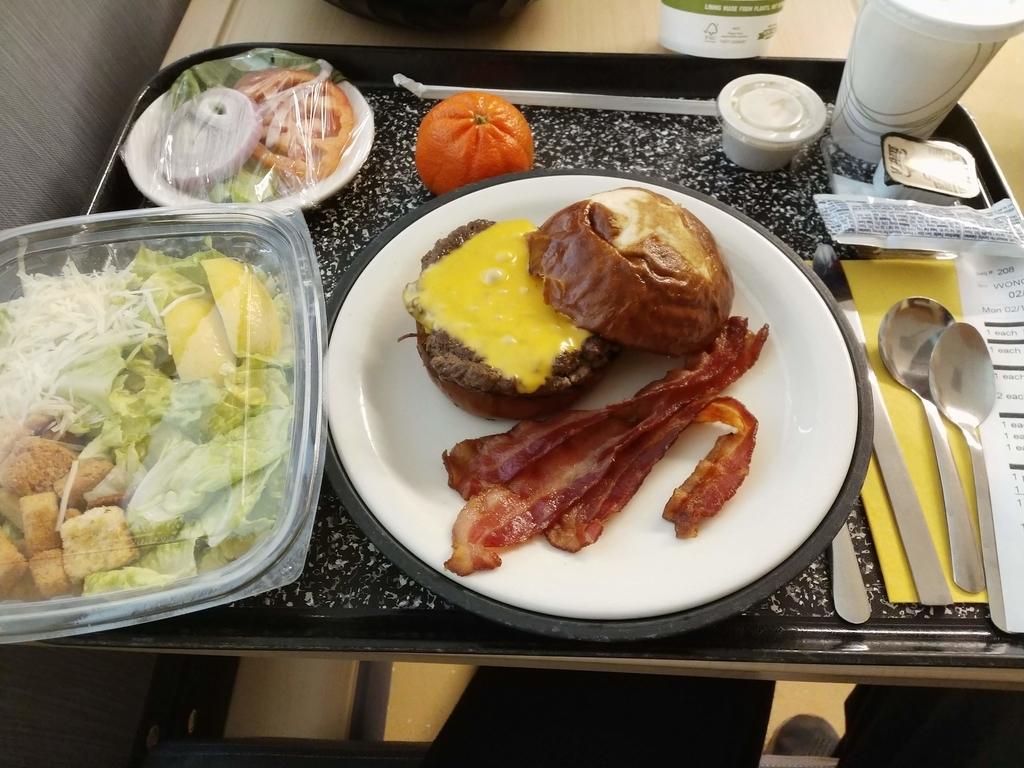 病院食 - ハンバーガとサラダ