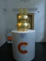 ちなみにこちらは、ブルーナハウスで参拝客を迎える金のミッフィ像。