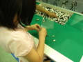 スターウォーズのレゴブロックで遊ぶ娘