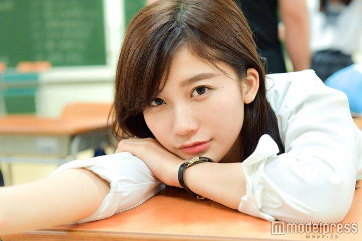 学校で見つめてくる小倉優香