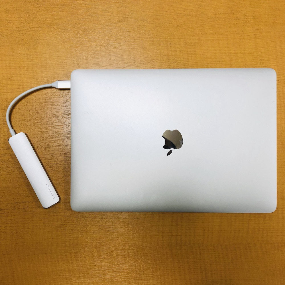 新型MacBook AirとSATECHI SLIM V2 USBハブ真俯瞰