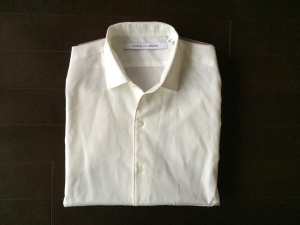 コンバーチブルカラーの白シャツ