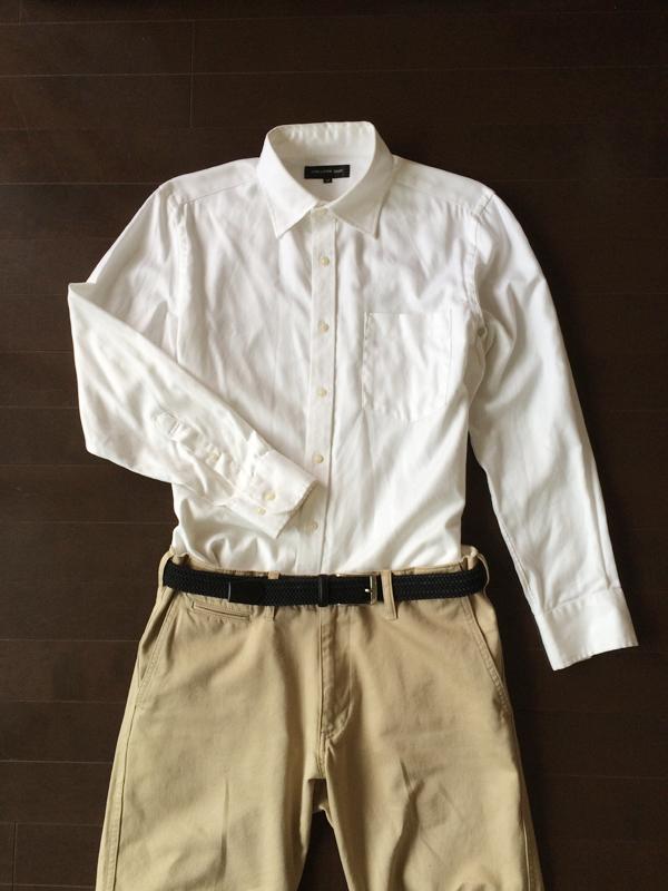 白シャツとカーキのチノパン