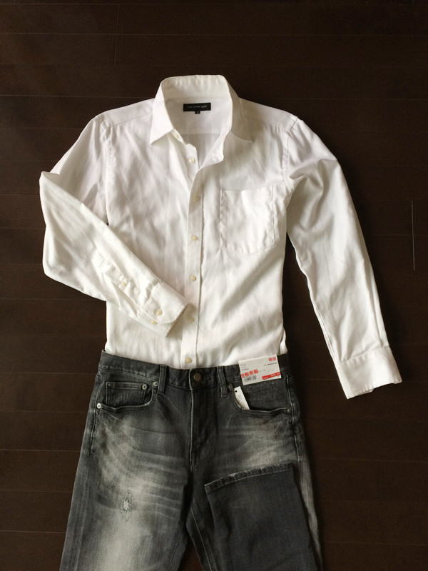 白シャツとグレーのジーンズ