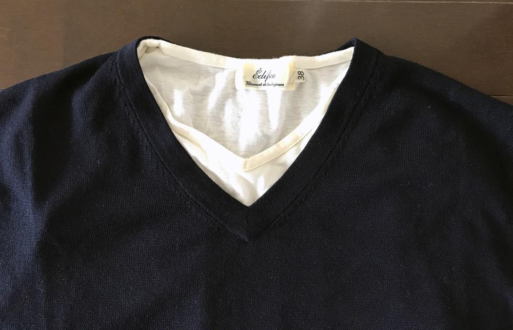エクストラファインメリノとVネックの白Tシャツ