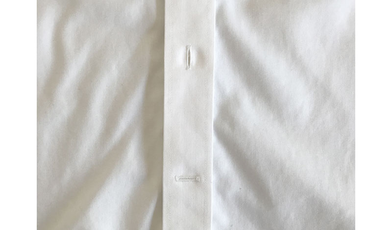 ユニクロ スーパーノンアイロンシャツ スリムフィット 水平のボタンホール