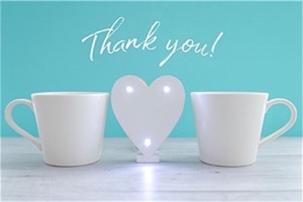 水色の背景に白い2つのマグカップとありがとうの文字