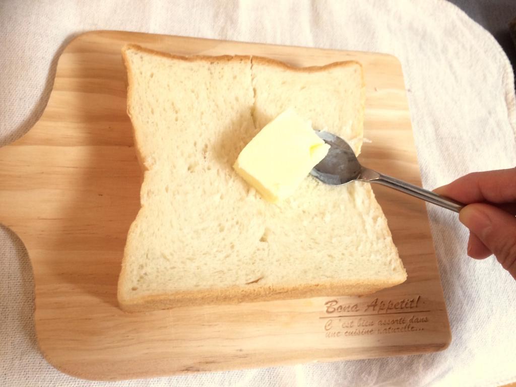 パンにバターを塗る