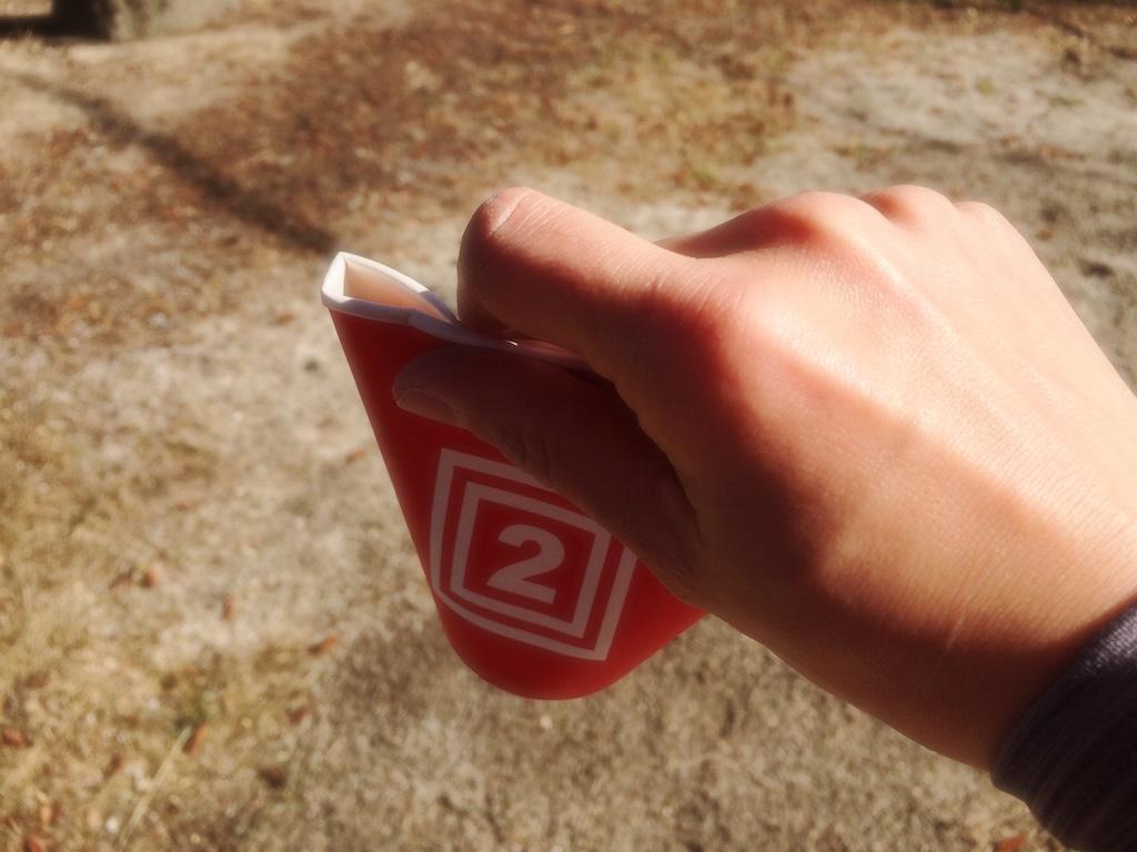 マラソンの給水は紙コップを潰す