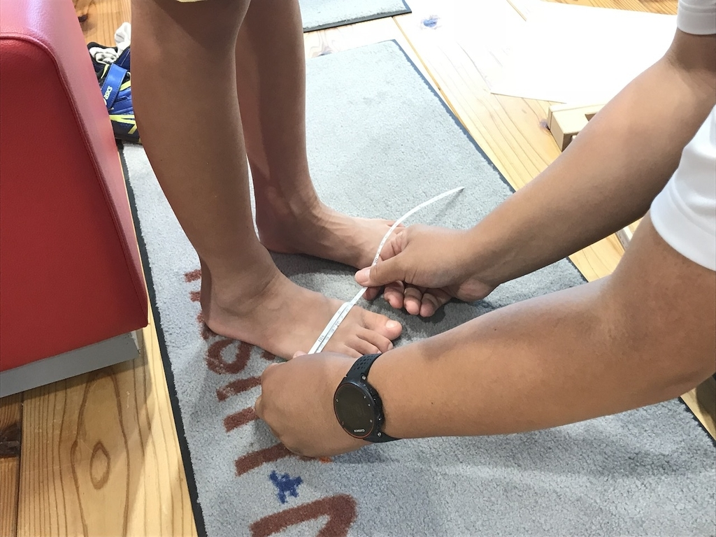 小学生の子供の足型からランニングシューズを選ぶ