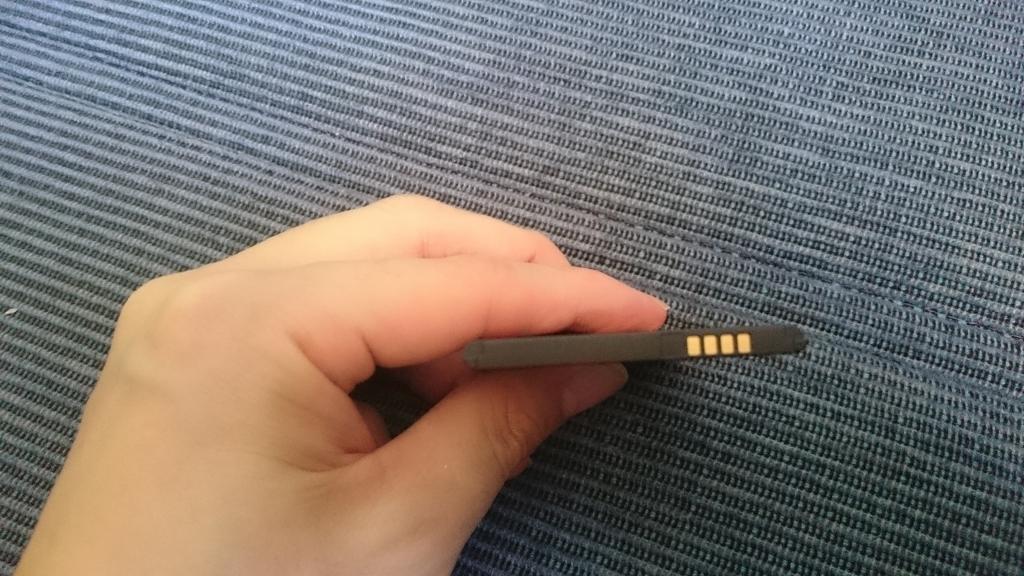 厚みは純正の電池と同じ