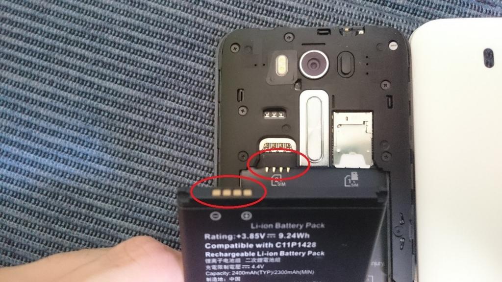 電池を装着する際は端子に注意