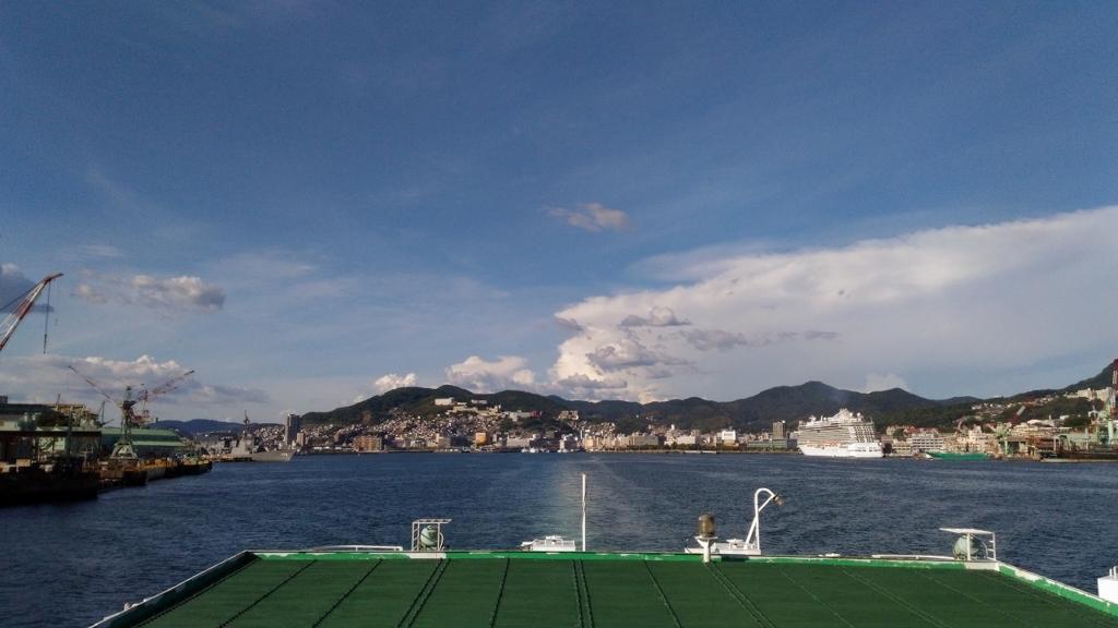 フェリーのブリッジから見る長崎市の港町の様子