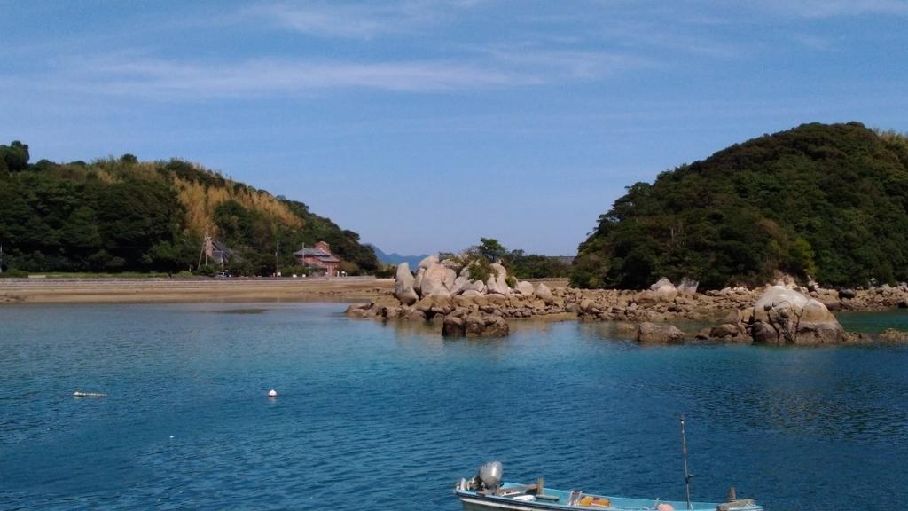 海を挟んで『堂崎天主堂』が奥に見えてきた