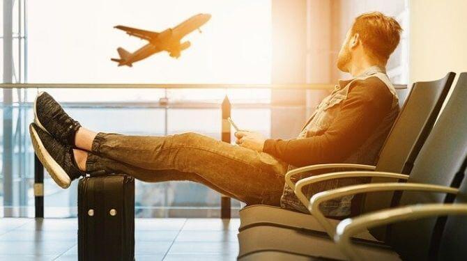 海外帰省する男性イメージ画像