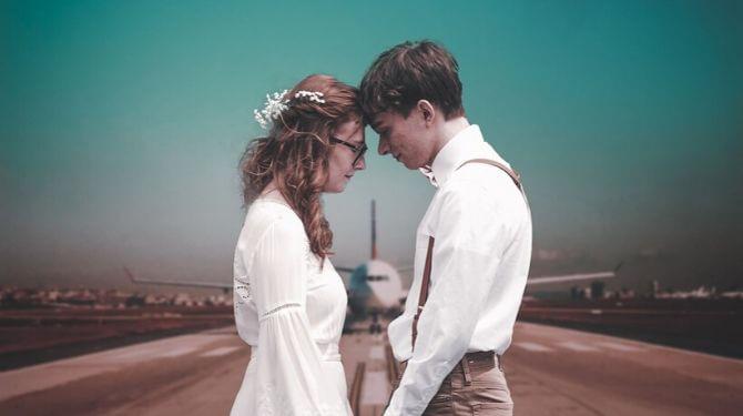 空港にいるカップル写真