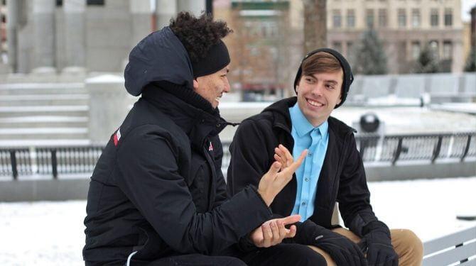 会話を楽しむ男性たち