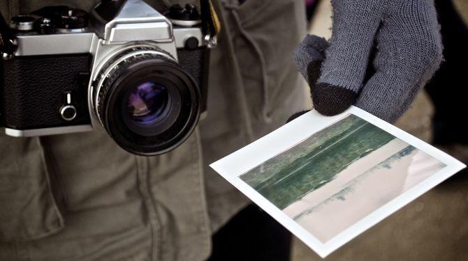 写真を渡す男性の画像