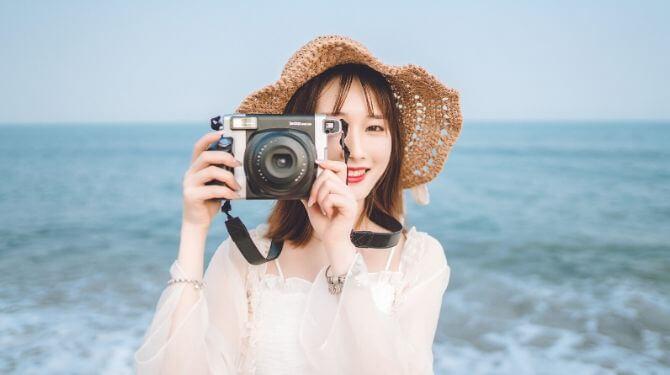 写真を撮ろうとしている女性