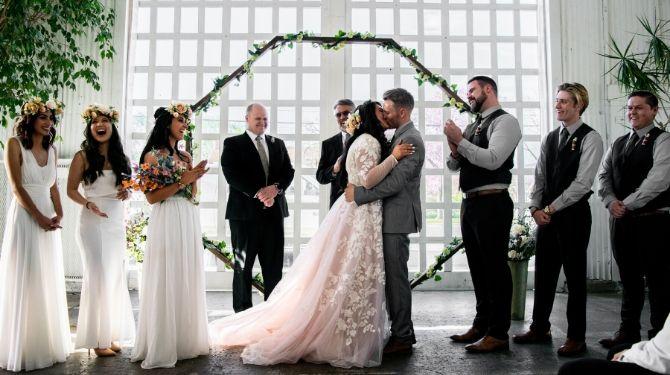 結婚式で祝福されている画像