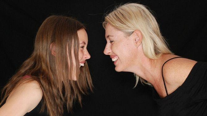 母と娘の画像