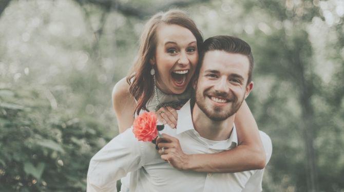 喜ぶカップル画像