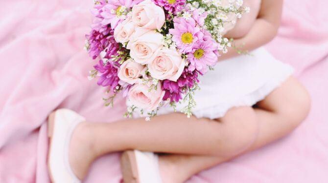花をもらう女性画像