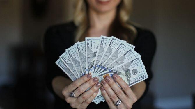 お金を持った女性画像
