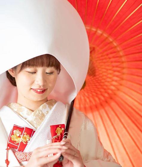 綿帽子をかぶる女性