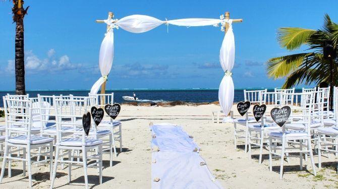 ビーチで結婚式画像
