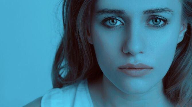 悲しげな表情の女性画像