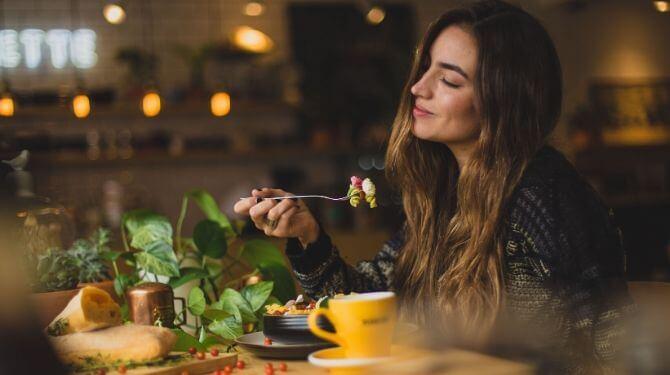 食事中の女性画像