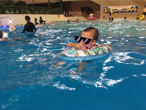 浮き輪で波に乗る赤ちゃん