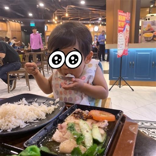 シンガポールチキンライスを食べる2歳児