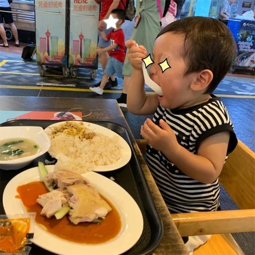 マレーシアンフードホールでシンガポールチキンライスを食す2歳児