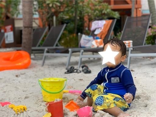 ハードロックホテルのプールの砂浜で砂遊び