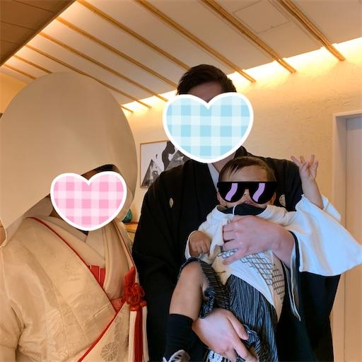 和装結婚式の新郎新婦と1歳児