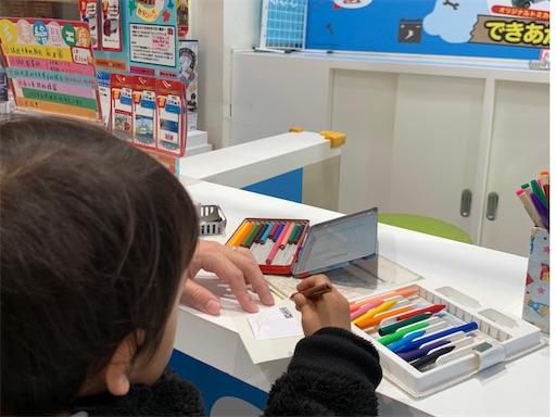 おえかきトミカに絵を描く2歳児