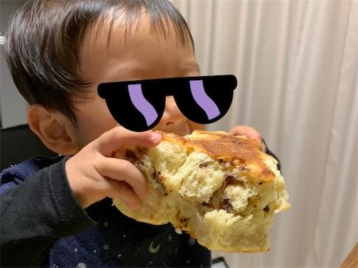 パンを丸かじりする2歳児