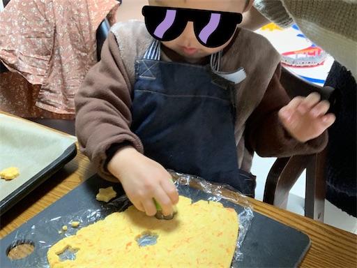 クッキー型を抜く息子