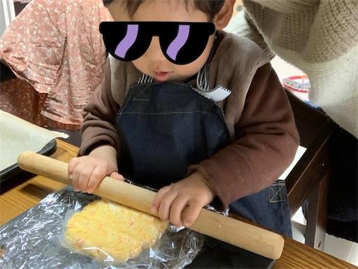 麺棒をあやつる2歳児