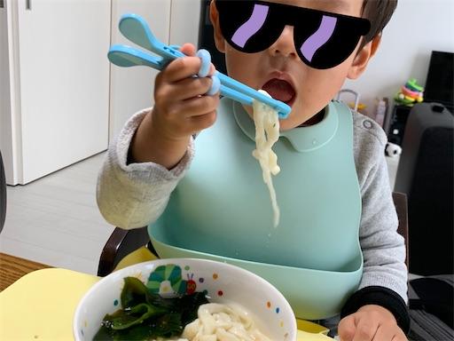 自作のうどんを食べる2歳児