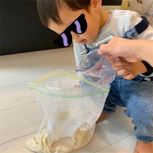 うどんの生地を作る2歳児