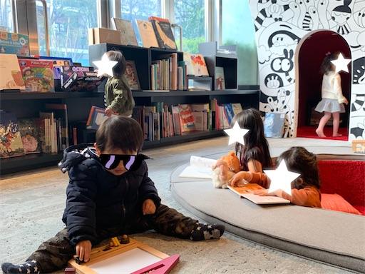 六本木蔦屋書店でくつろぐ子どもたち