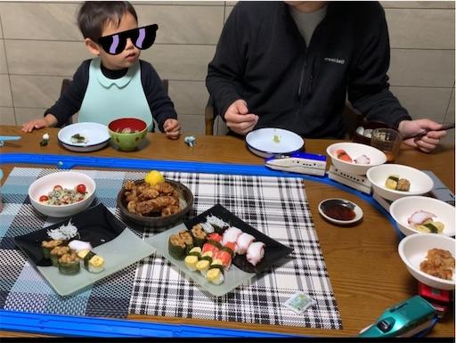 プラレール回転寿司を見る子ども