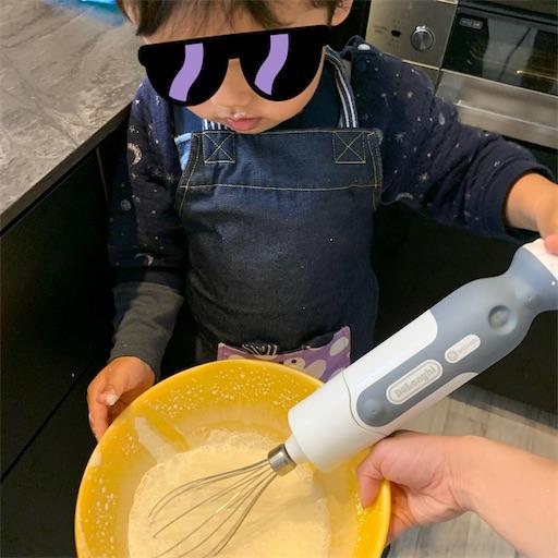 生クリームを泡立てる2歳児