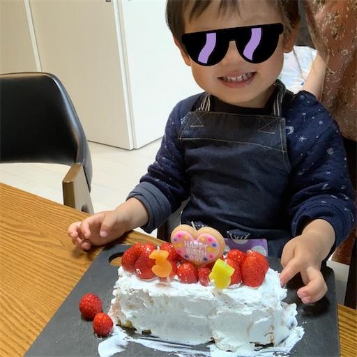 自分で作ったケーキと2歳児