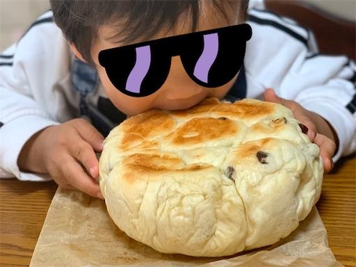 ちぎりパンを食べる2歳児