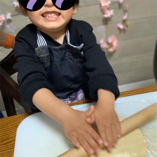麺棒を操る2歳児
